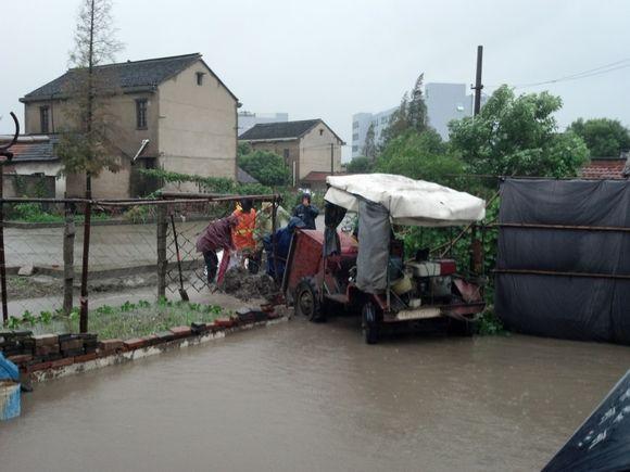 """受今年22号台风""""菲特""""以及北方冷空气等共同影响,从10月7日深夜起上海普降大暴雨,部分地区为特大暴雨。其中,松江降雨量属全市最大, 达到了244.2毫米,24小时内超过300毫米,创下52年以来上海全市单日极值的历史。由于降雨量大、持续时间长,天文大潮正处高位,黄浦江水位居高不下,排水速度慢,给市民的出行和生活带来了严重影响。面对特大暴雨,松江区委书记盛亚飞、区长俞太尉第一时间带头到一线查看灾情、采取措施、组织抢险。松江区有关职能部门积极应对,党员干部奔赴一线全力排涝抢险,保障市"""